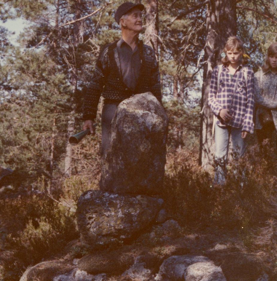 """""""Bispevegsjefen"""" Kjetil Løite ved Hommen i 1973. Steinen kan vere ein heilag fallos."""