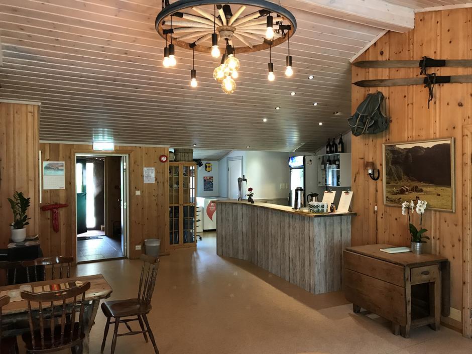 Resepsjonsområdet på Aurlandsdalen Turisthytte Østerbø.