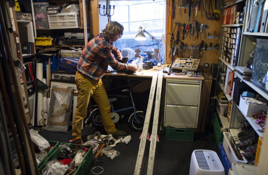 Thorbjørn reparerer gammelt utstyr i kjellerboden. Det er ikke alltid nødvendig å kjøpe nytt.