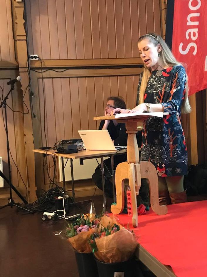 Nanna Natalia Karpinska Dam Jørgensen foredrar om psykiske helsefordeler av å gå på tur