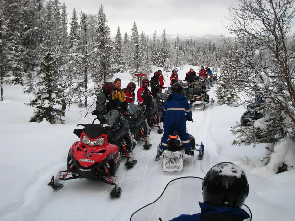 Snøskuterkjøring til rekreasjonsbruk kan ødelegge gode naturopplevelser.Her fra en snøskuterled i Sverige.