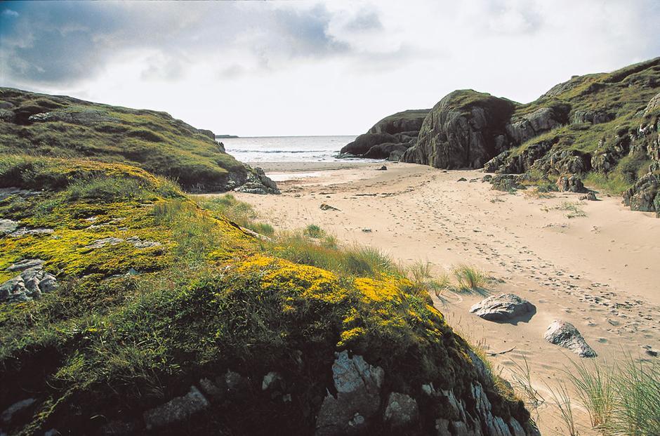 Ved Ogna finner du flere lune sandstrender mellom klippene.