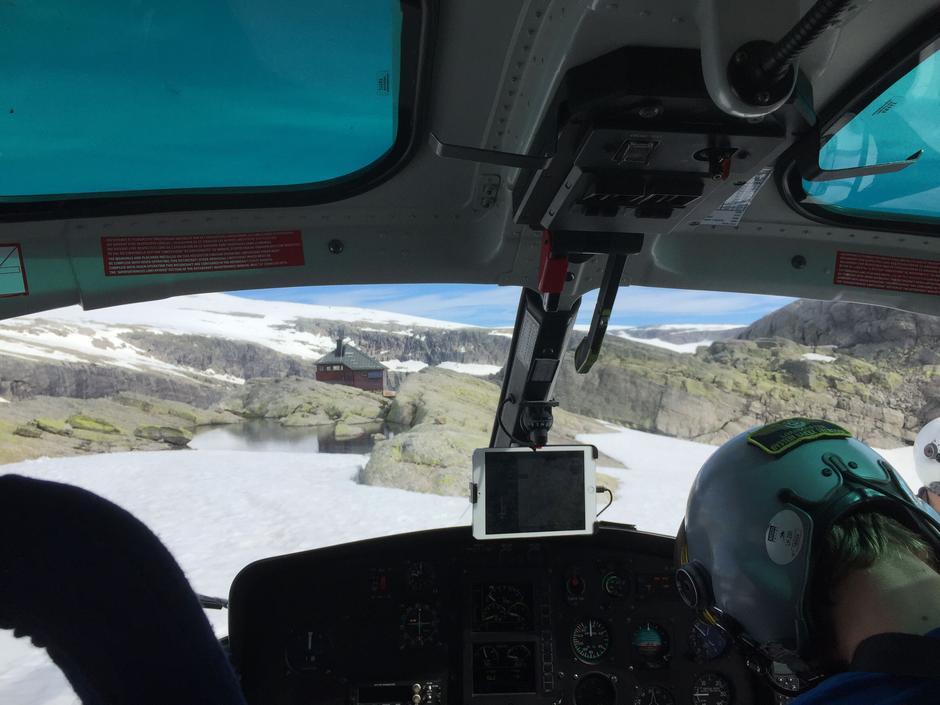 Gjegnabu sett frå helikopteret på veg inn for lossing av utstyr