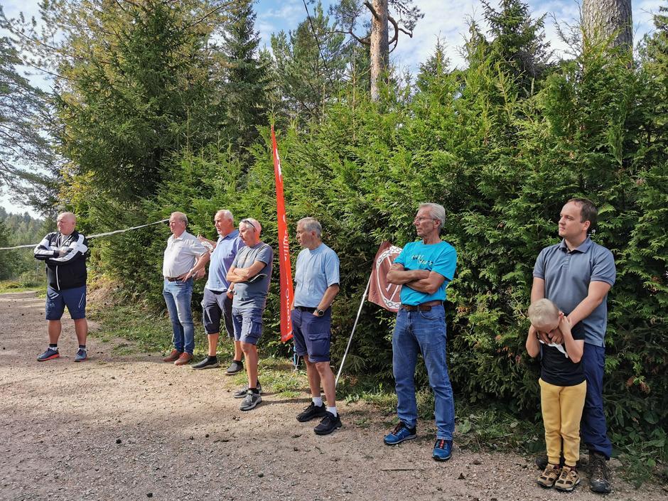 Daglig leder i MIF, Svein Erik Gevelt t.v., og noen av de frivillige i MIFsenior.
