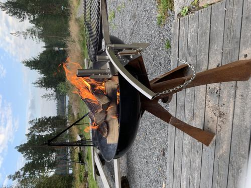 Grillen er tent og er klar for grillmat