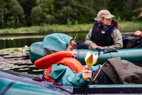 Om barn vil padle selv, kan det være lurt å feste et tau fra deres raft til en voksen sin raft.