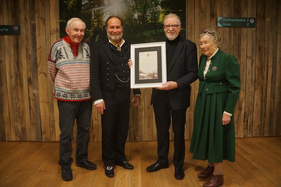 Fra venstre: Øystein Dahle, tidligere styreleder i DNT, Tor Nicolaysen, styreleder i Ragnhild og Claus Helberg-stiftelsen som deler ut prisen, prismottaker Oddgeir Bruaset og Ragnhild Helberg, som var gift med Claus og som overrakte prisen.