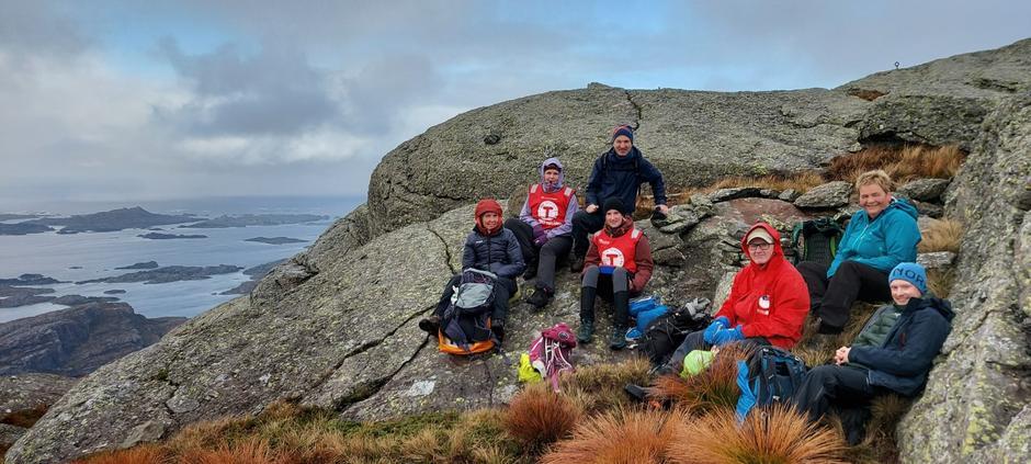 Alle deltakarane og Rune på toppen av Pollatinden. Litt småkjøleg i nordavinden.