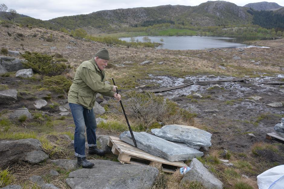 Nå er vi i gang med å rehabilitere løypa til Dalsnuten. Her fra en dugnad da 60 tonn stein ble fløyet ut i stien og måtte lempes av pallene.