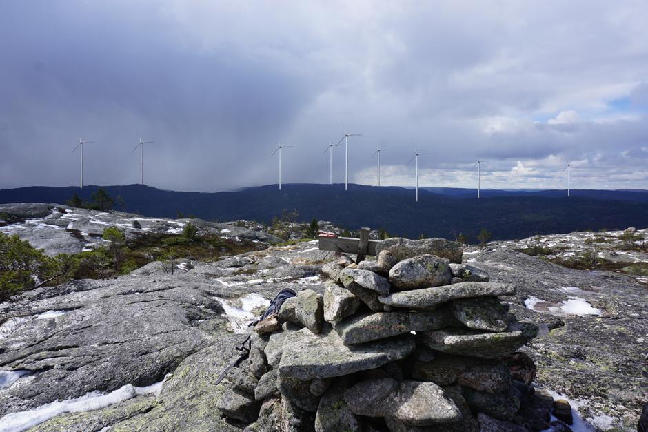 Slik vil vindturbiner på Tveit se ut fra Svaba. Nok grunneiere har sagt ja til at utbygger ønsker å søke.