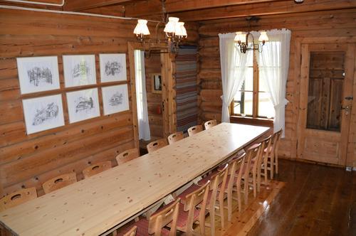 Spisestue med 2 langbord, plass til over 30 personer