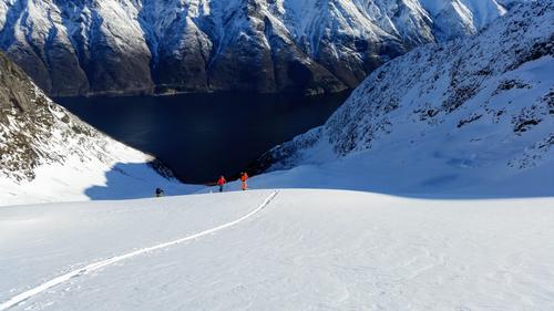 På vei opp Inste Årsnesdalen mot Randers Topp(1414 moh) i Ørsta kommune på Sunnmøre. Utsikt mot Hjørundfjorden og gården Strandabøen.