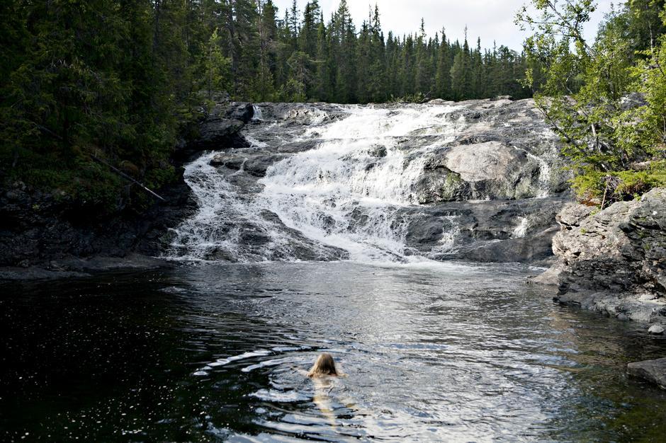 Å ELSKE EI ELV: Å svømme i ei sommervarm elv er en helt egen følelse, mener artikkelforfatteren