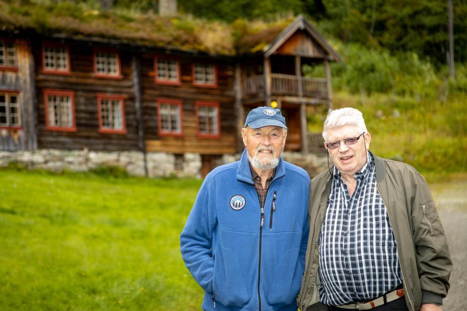 Eirik Gudmundsen, styreleder i KNT og Iver Innerdal, bestyrer på Innerdal Turisthytte foran Gammelhytta.