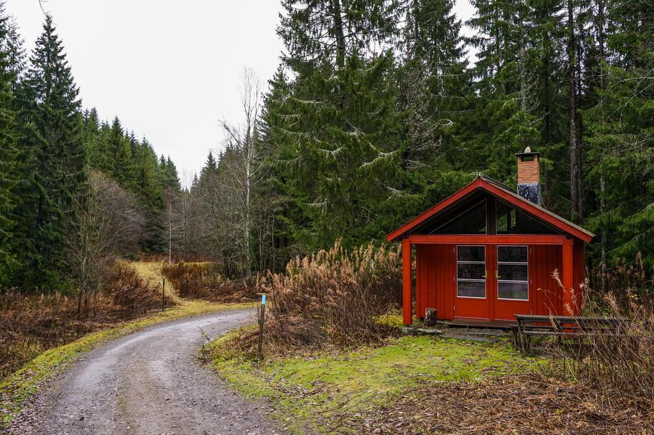 Thorleifsbu på Lauvsetra er ei lita hytte med bord, stoler og bakerovn.