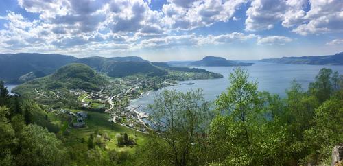 Utsikt frå Strenjatonå ned mot Vågen og  mot Randøy