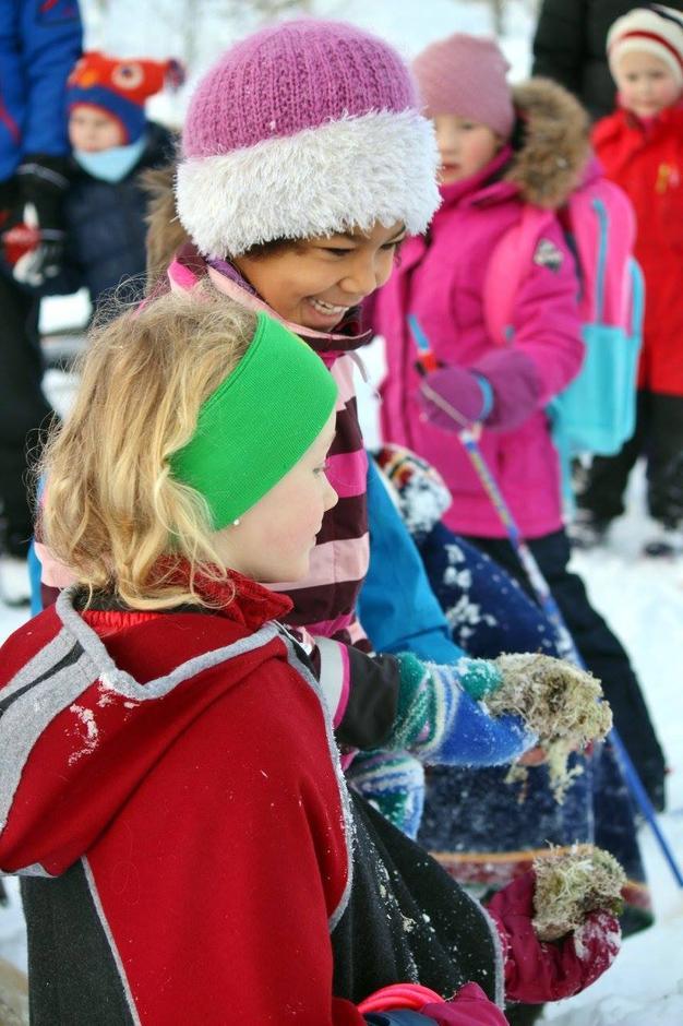 Klar for å mate reinsdyrene på Kom deg ut-dagen 7. februar 2016.