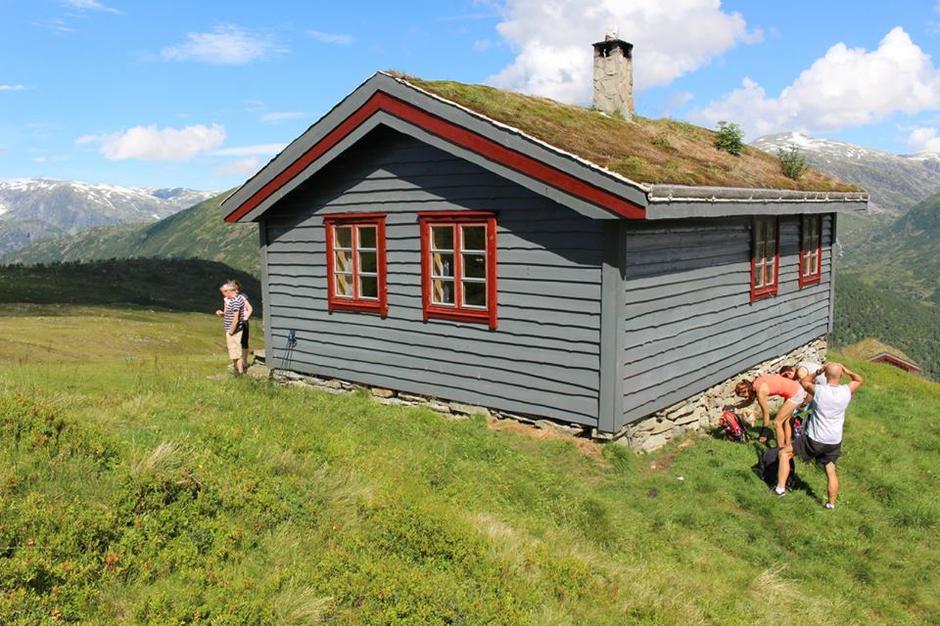 Kari og Ingeborg hadde saft og kaffi klar til alle som passerte