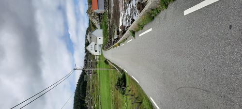 Fine smale veier med lite trafikk. Fint å gå tur langs veien, i tillegg til fine stier og traktorveier på øyen.