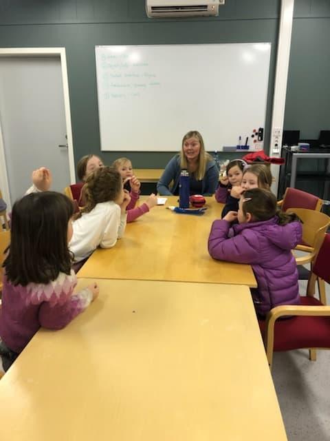 Solveig lærer barna om å pakke egen tursekk og hva som er viktig å ha med.