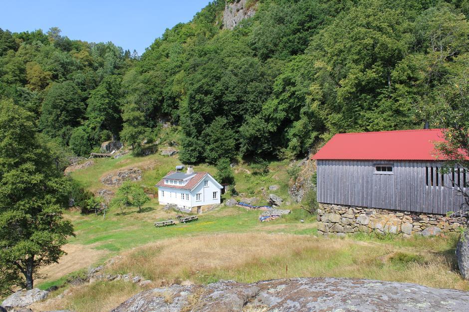 Våningshus og stegeløe. Vann hentes i bekken til venstre på bildet.