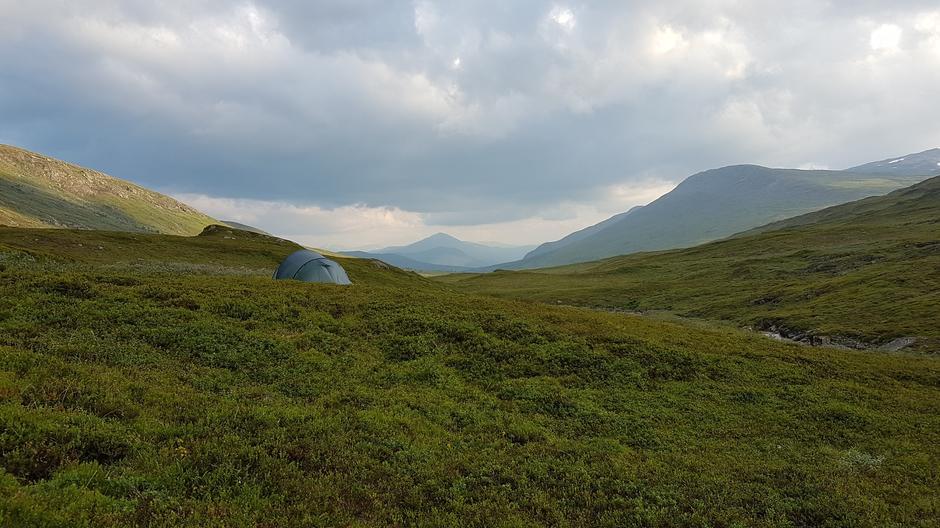 """Teltplass i Tespdalen like nedenfor Tesphytta - på vei over Saltfjellet fra Bleiknesmo til Bjøllånes langs telegrafruta. Like nedenfor teltplassen langs elven Tespa var det en nydelig kulp og """"spa""""-område."""