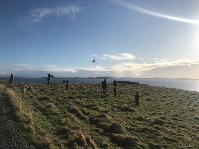 Mye vind kan være veldig gøy, på Kom deg ut-dagen på Fjøløy fikk barna teste drage.