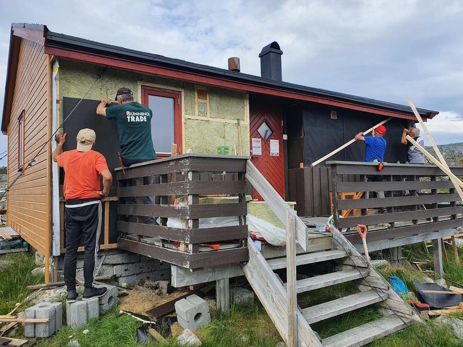 Alf, Odd, Valter og Lars Ivar skifter kledning på Ringvassbu.