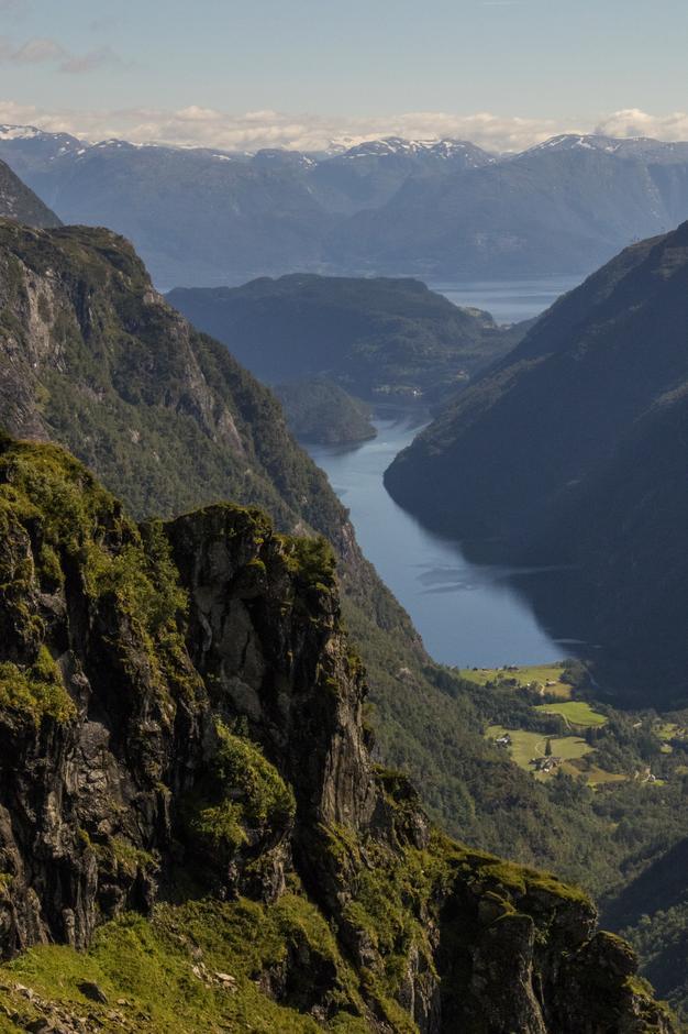 Utsikt mot Botnen, Fyksesundet, Hardangerfjorden og Folgefonna.