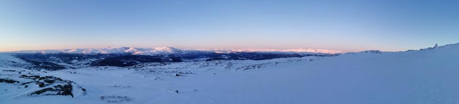 Solnedgangen vises som ei laaang stripe i fjella, plutselig var den nede og fargene gjekk frå gult og oransje til lilla og blått..