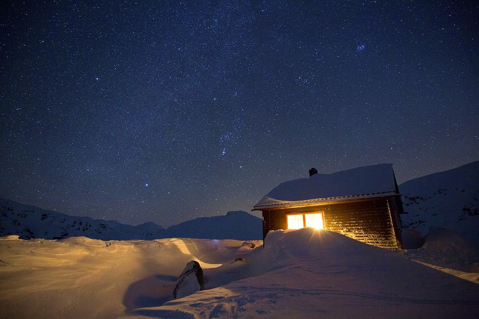 UNDER STJERNENE: På hytta til Voss Utferdslag er det mulig å oppleve både knirkende kulde og innekos.