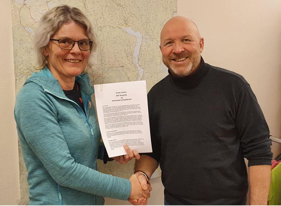 DNT Ringerikes Vibeke Tjøm og Steinsletta Havkajakklubbs Ole Magnus Grønli etter at avtalen er undertegnet.