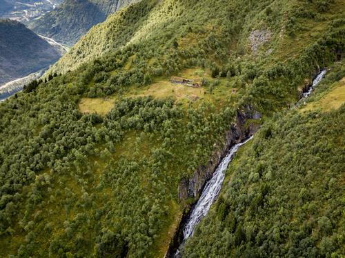 Vollasetra ligger idyllisk til på toppen av en skråning.