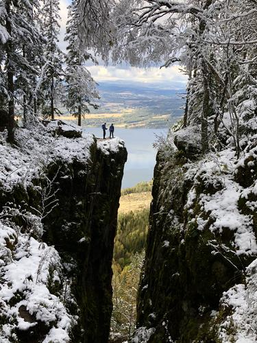 En høstferie-dag i Mørkgonga. Høst ved Steinsfjorden, der vi parkerte bilen, -og vinter oppe ved Mørkgonga! To årstider i ett. Barna mine, Mathias og Ingrid på kanten av stupet...