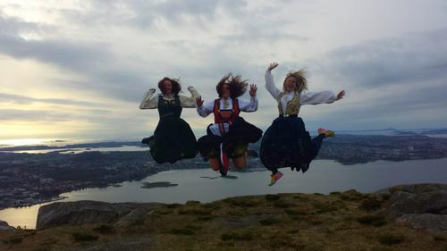 3 spreke venninner på tur i bunadene sine på Dalsnuten i Sandnes. Ei i 20 åra, ei i 30 åra og ei i 40 åra :)