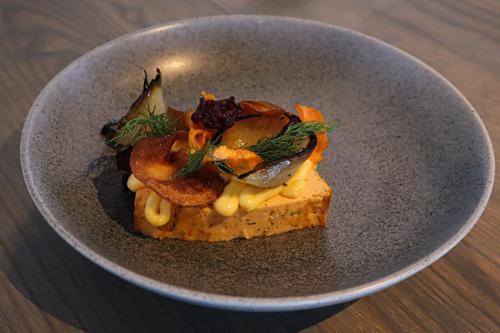 Forrett: Laksepate med aioli, fritert rotfruktchips og bakt løk