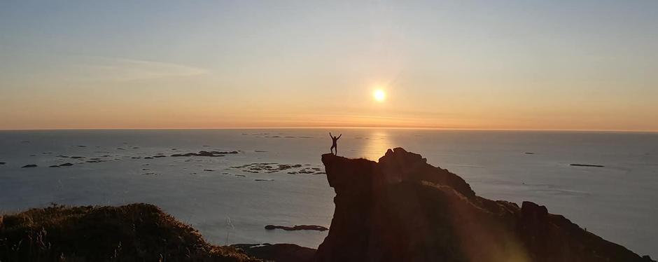 Ramona poserer i solnedgangen