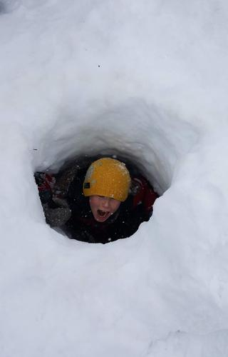 Snøhulegraving er en morsom vinterlek!