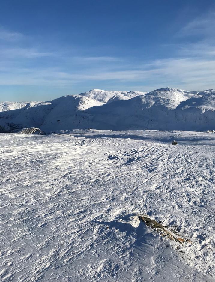 Tirsdag 2.9: Bakerst, øverst, Gullfjellstoppen (987 moh). Sett fra Austefjellet (808 moh).