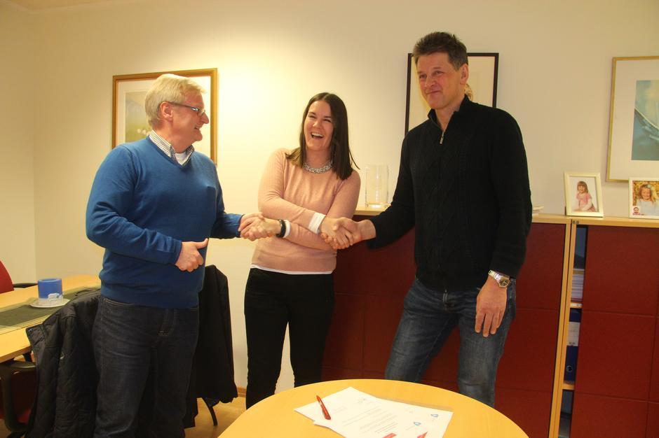 Styreleder Katrine Fugelli Simonsen signerer avtale med rådmann Bjørn Atle Hansen og prosjektleder Dag Arne Johannessen i Alta kommune.