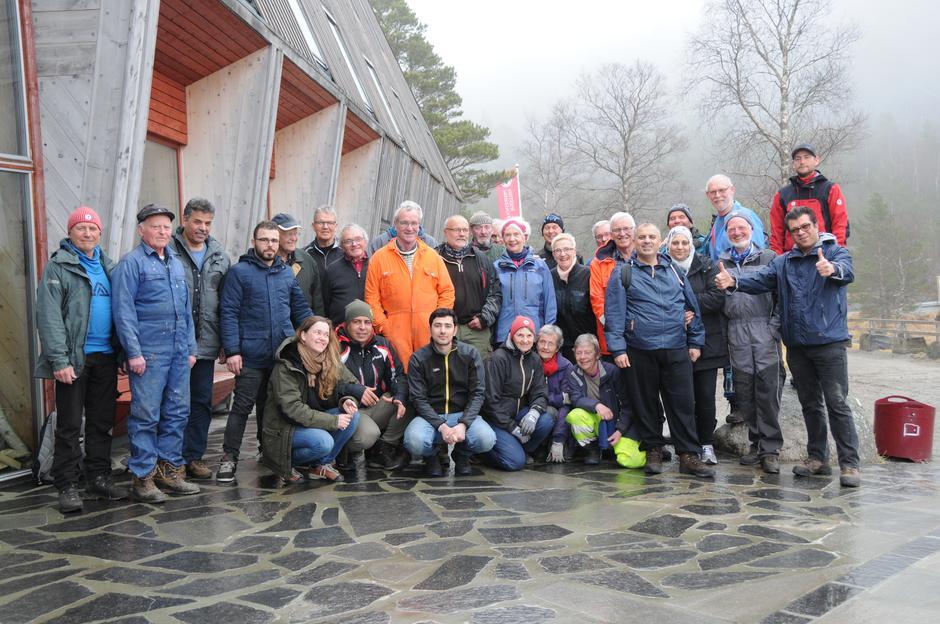Fornøyde deltakere på dugnad ved Preikestolen fjellstue