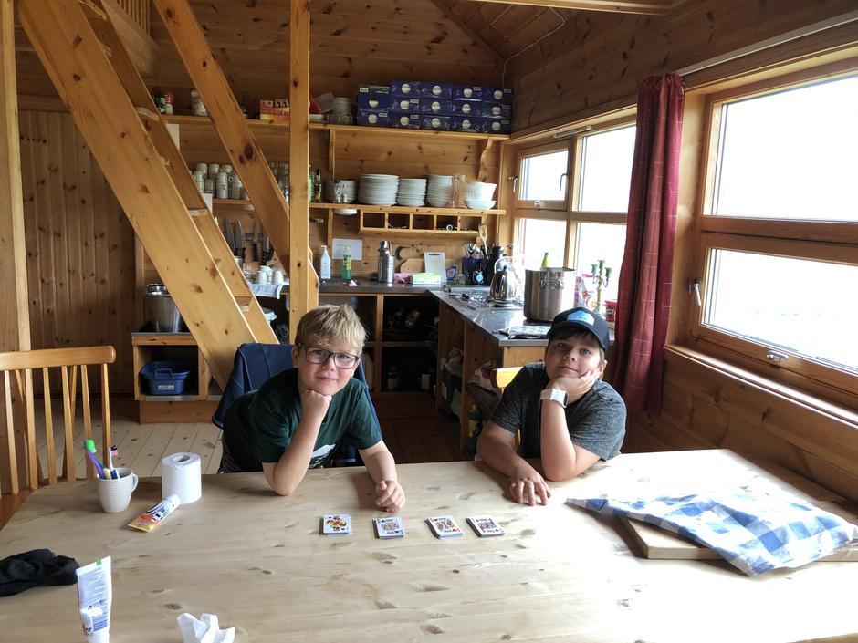 Mikkel (10) og Heikki (8) Gonzalez Berge på Blåfjellenden turisthytte