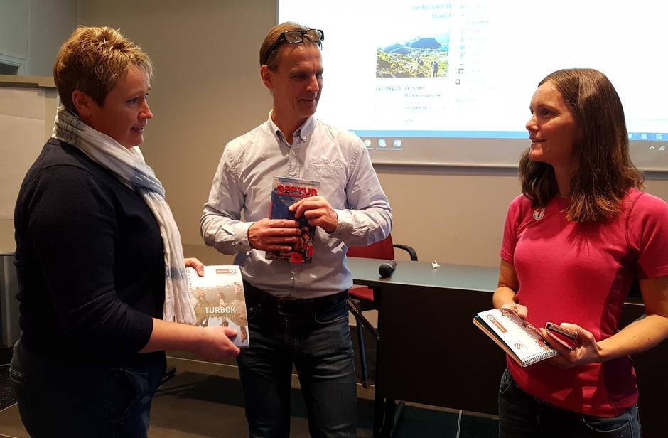 Org. leiar Trude Iversen frå Bergen og Hordaland Turlag blei takka av med lokale turbøker frå Siv Merete Stadheim og Marino J. Ask.