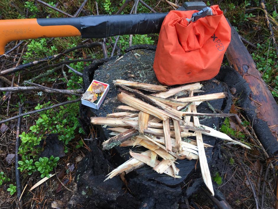 Dette er et godt utgangspunkt for å få fyr på bålet på fuktige dager. Begynn med tynne, små fliser i starten, og bygg med gradvis grovere og grovere ved.
