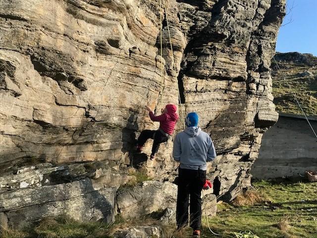 Å klatre er noe vi alle liker, og en av aktivitetene du kunne teste på Kom deg ut-dagen. her fra Stavanger Turistforening sitt arrangement på Fjøløy