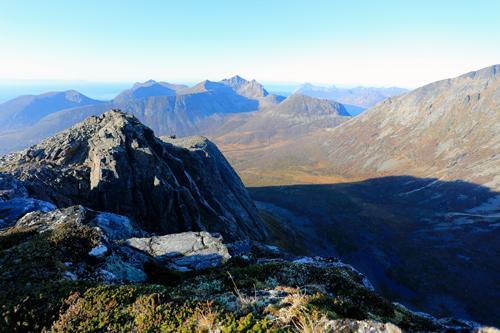 Utsikt mot nordvest til Lendepolltindan og lengre ute Kaldfarnes/Sifjorden