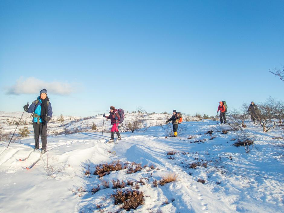 Fornøyde skiløpere trasker i akkurat passe med snø.