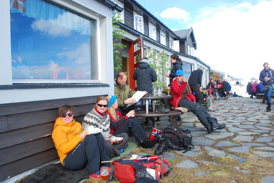 Finsehytta er populær og har ca 16 000 overnattingsdøgn i året. Her fra terrassen som har utsyn mot Hardangerjøkulen.