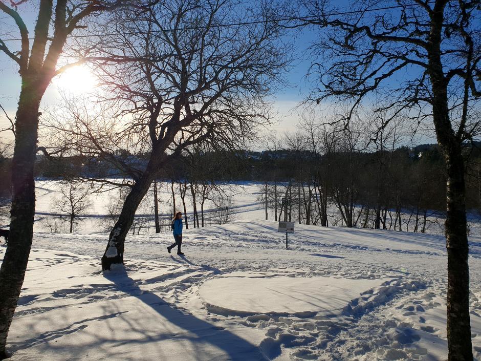 Mange går turer til fots også om vinteren.