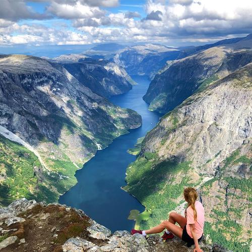 Fantastiske Bakkanosi med utsikt over nærøyfjorden